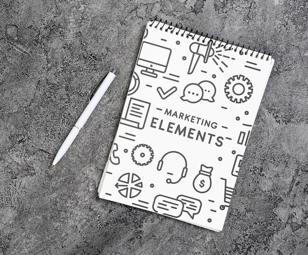 ペンとノートブックの上面図の配置