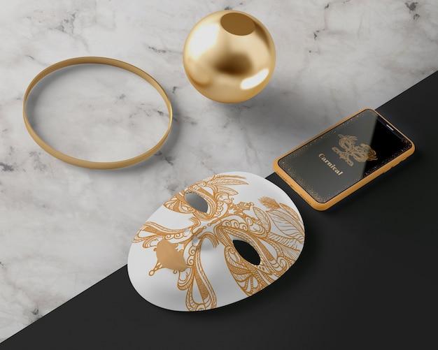 カーニバルのために準備された黄金のマスク