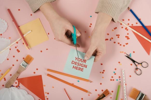 デザインのロゴが入ったカードを切る手