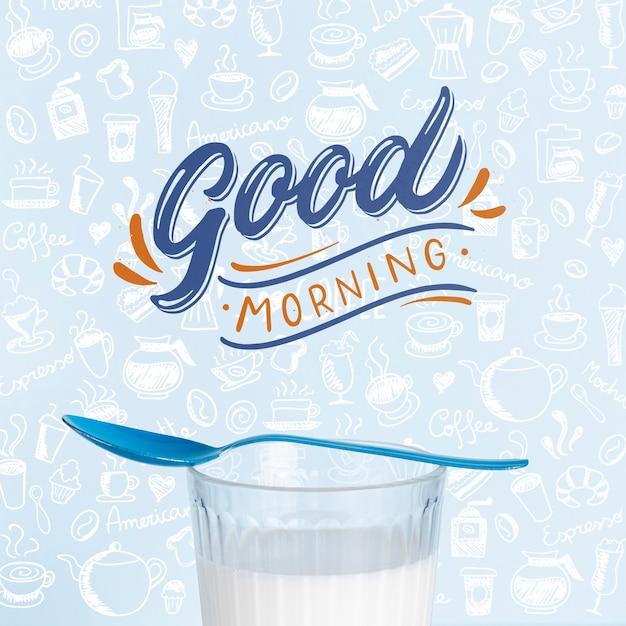 テーブルの上の朝食に牛乳のガラス