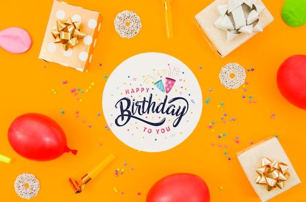 Празднование дня рождения с макетом