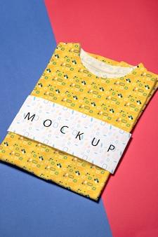 美しいカラフルなシャツコンセプトモックアップ
