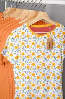 色とりどりのシャツコンセプトモックアップ