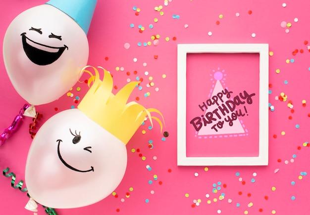 白いレタリングと誕生日風船