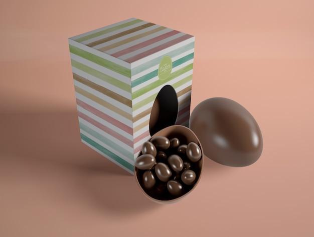 大きなチョコレートエッグの形のチョコレートの小さな卵