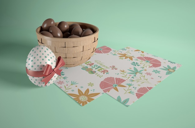 小さなチョコレートの卵が入ったハイアングルボウル