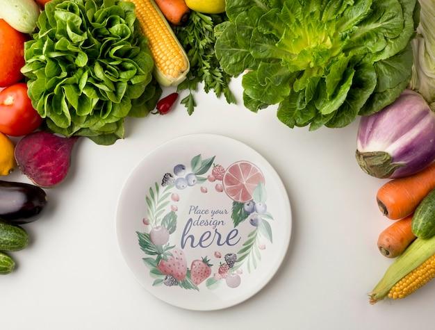 Пустой макет тарелки с рамой из свежих вкусных овощей