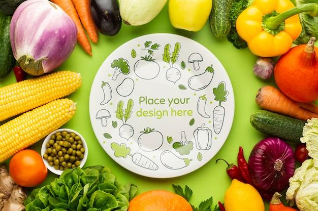 おいしい新鮮な野菜から作られたフレームと落書きのモックアップとプレート