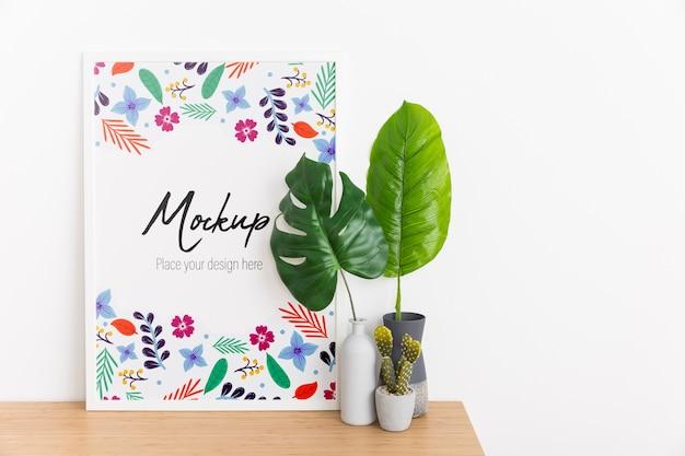 Комнатная композиция с макетной рамой и растением