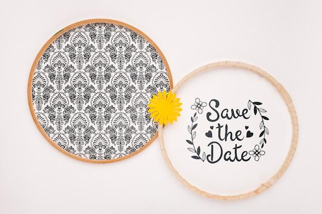 日付のモックアップを保存する黄色の花の円形フレーム