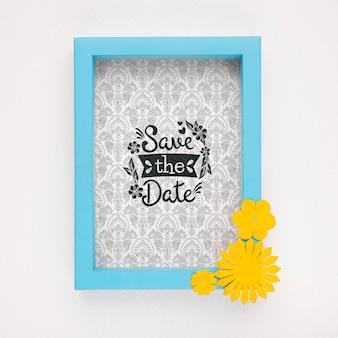 黄色の花で日付モックアップブルーフレームを保存します。