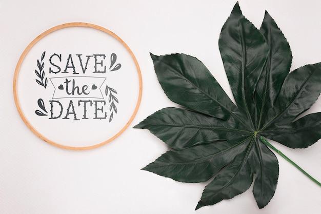 大きな葉で日付のモックアップを保存する