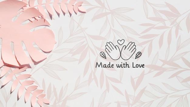 愛の背景で作られたピンクのモンステラ植物