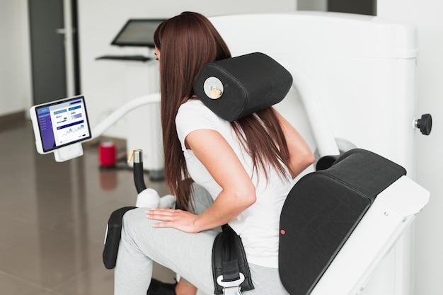 Женщина делает медицинские упражнения в клинике