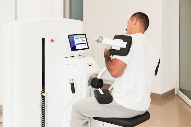 Человек делает медицинские упражнения в клинике
