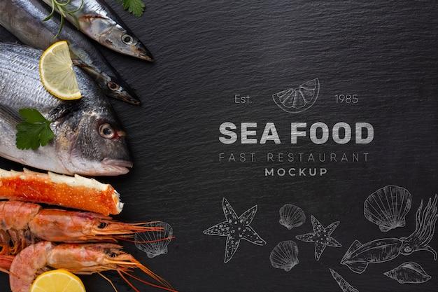 Вид сверху вкусный ассортимент морепродуктов с макетом