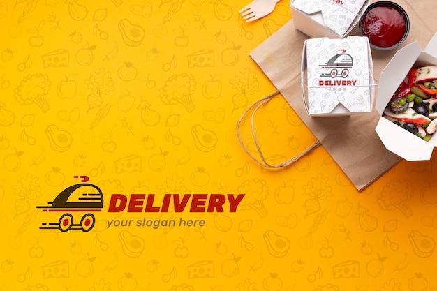 Вид сверху на бесплатную доставку еды с макетом фона
