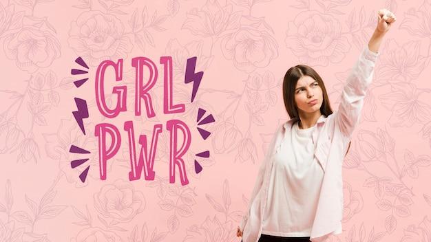 Средний снимок девушка позирует с розовым фоном