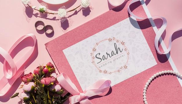ウェディングプランナーとピンクの色調での結婚式の装飾