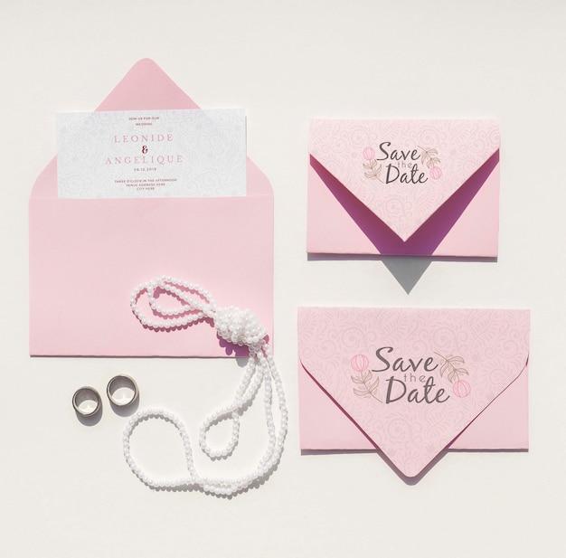 リング付き封筒のセットとフラットレイアウトの結婚式のアイデア