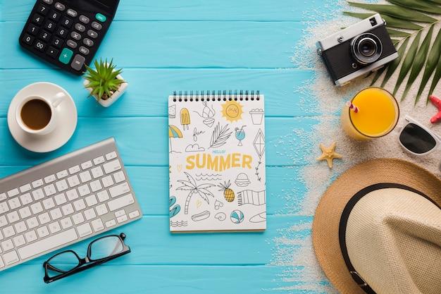 コーヒーカップとオレンジジュースのトップビューメモ帳