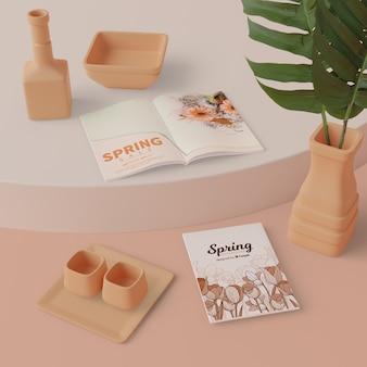 Весенние украшения с картой на столе макете