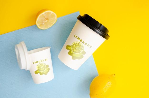 Бумажные чашки кофе макет на двухцветном фоне