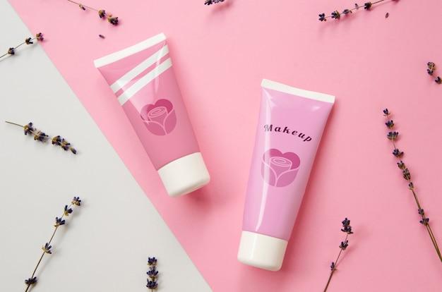 Розовый макет бутылки с кремом для рук