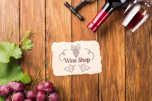ワインのボトルとテーブルの上のブドウ