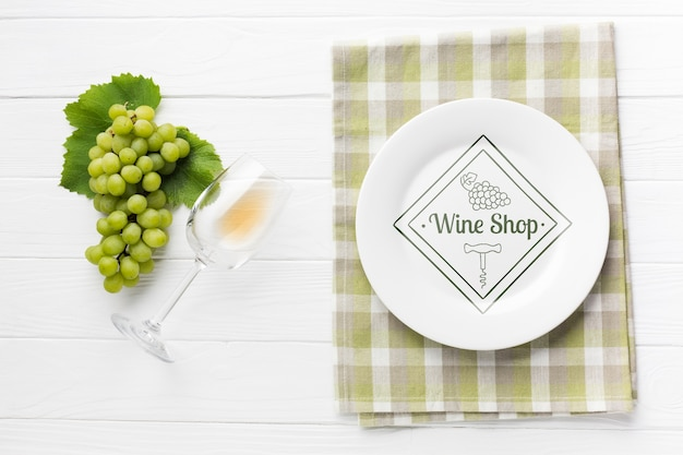 ワインの横にあるブドウ