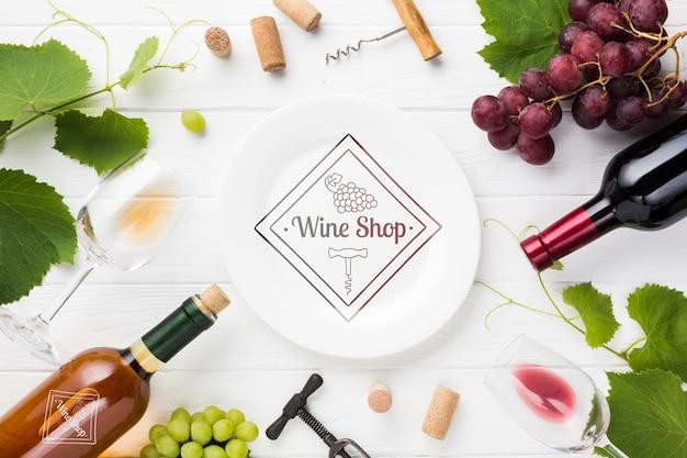 テーブルの上のワインの自然なブドウ