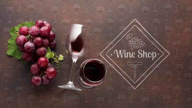 横にワインのグラスと有機ぶどう