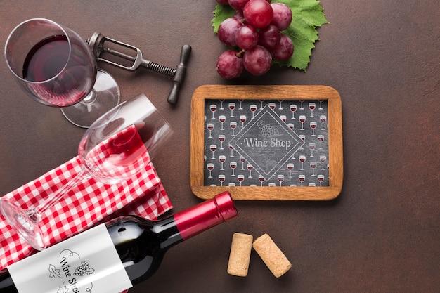 フレームとテーブルの上の天然ワイン