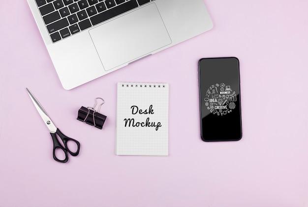 机の上のモックアップデバイス