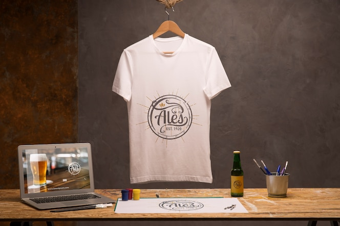 Вид спереди белая футболка с ноутбуком и пивом