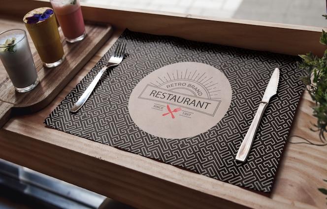 Высокий вид столовые приборы и органические коктейли