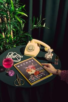 Крупным планом рука с обложкой журнала мод