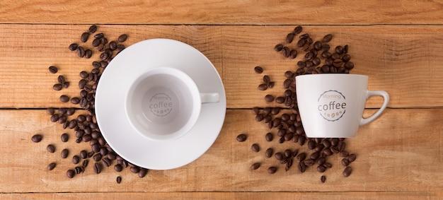 コーヒー豆のモックアップとマグカップ
