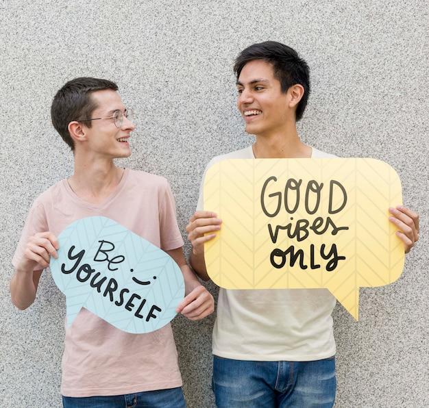 二人の男のポーズと笑顔