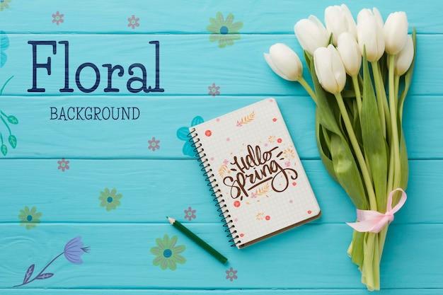 ノートブックとチューリップの花束のフラットレイアウト