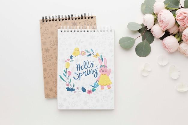 春のバラとノートブックのフラットレイアウト