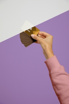 Вид спереди руки, держащей визитные карточки