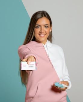 Вид спереди женщины, представляя визитную карточку