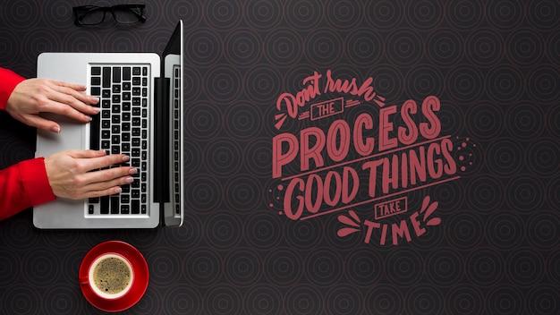 ノートパソコンで作業する人とオフィスデスクモックアップ