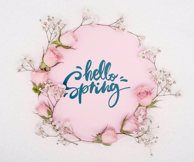 花とピンクの春のバラのトップビュー