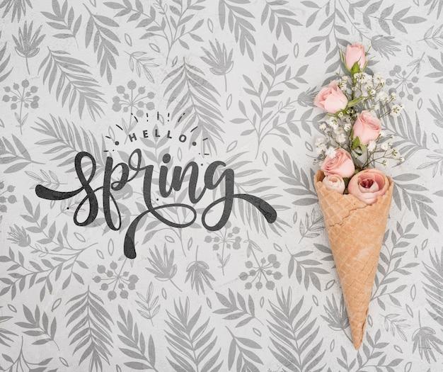 アイスクリームコーンのピンクの春のバラのトップビュー