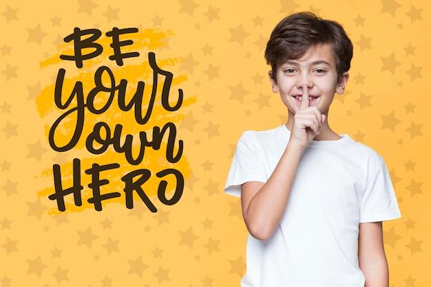 Будь своим собственным героем молодой милый мальчик макет