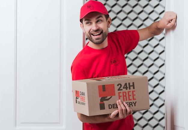 ドアをノックする郵便屋さん