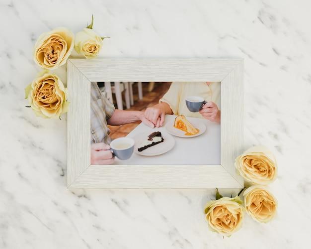 朝食のモックアップ記念写真と花