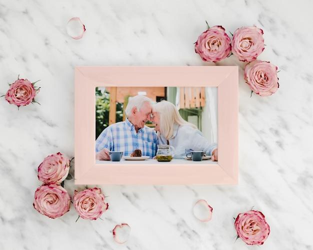 幸せな高齢者のモックアップメモリ写真